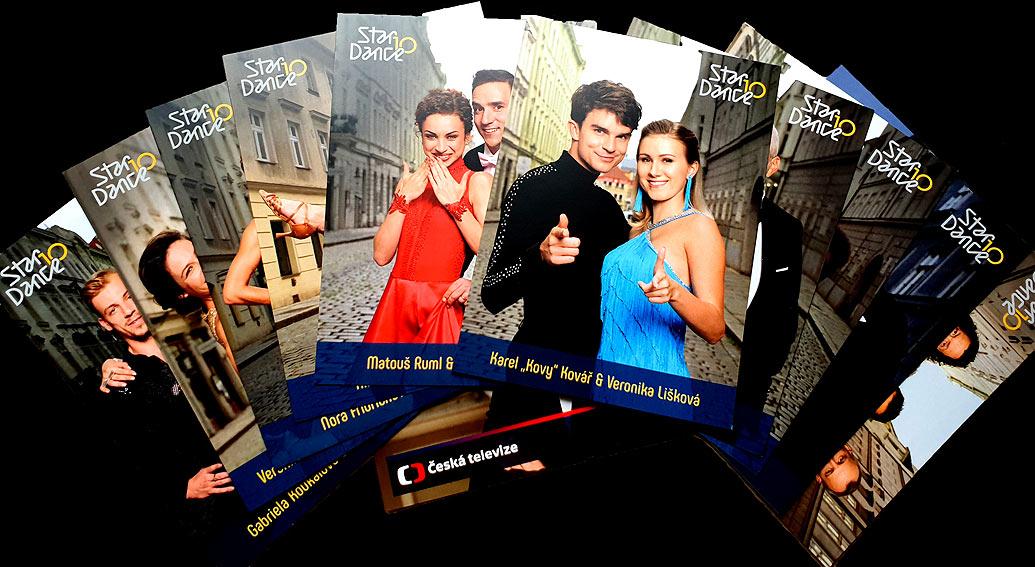 Sada originálních fotografií účastníků 10. ročníku televizní taneční soutěže StarDance včetně poroty a moderátorů a vybrané fotografie účastníků 9. ročníku. K tomu připínací odznak (placka) s logem StarDance. To vše včetně poštovného i balného.
